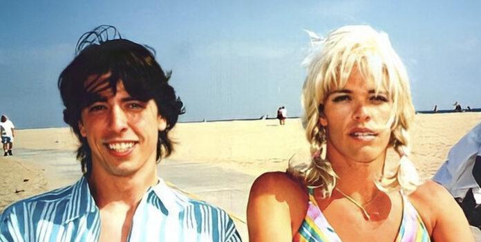 "Foo Fighters anuncia turnê com fotos do ""casal"" Dave Grohl e Taylor Hawkins na praia e de biquíni"